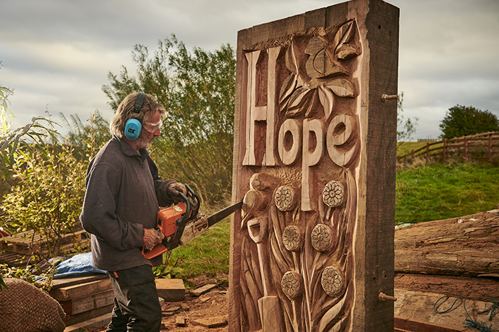 Steve Iredale, Chainsaw Sculptor (c) VisitBritain/Sam Barker